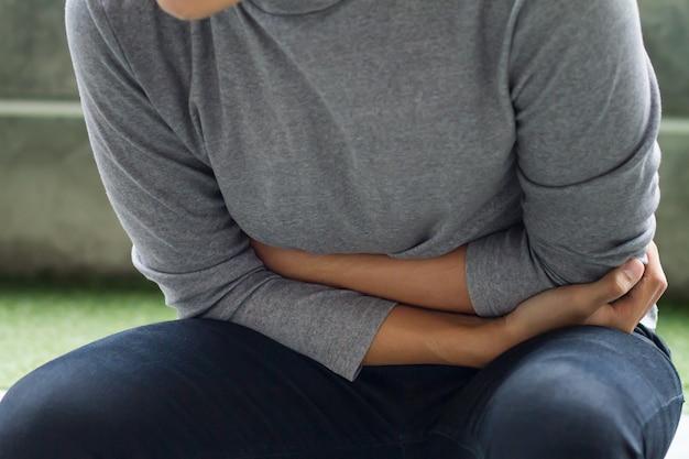 Chory człowiek cierpiący na ból brzucha