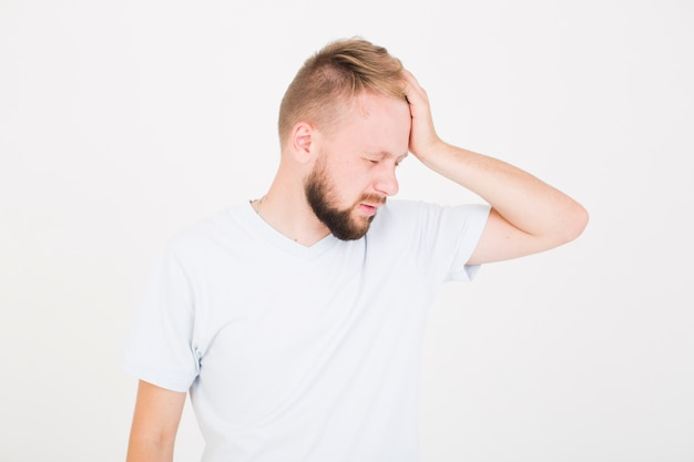 Chory człowiek trzyma rękę na głowie