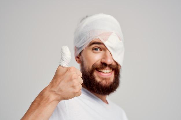 Chory człowiek uraz głowy w biały t-shirt ból głowy w szpitalu. zdjęcie wysokiej jakości
