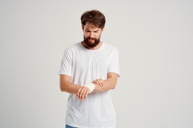 Chory człowiek uraz ręki leczenie problemy zdrowotne emocje jasne tło