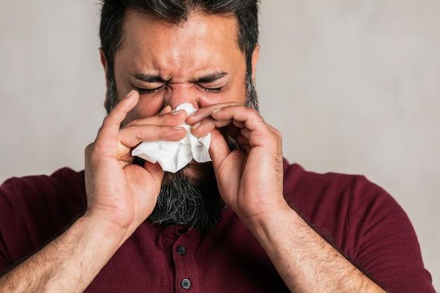 Chory indianin wydmuchujący nos