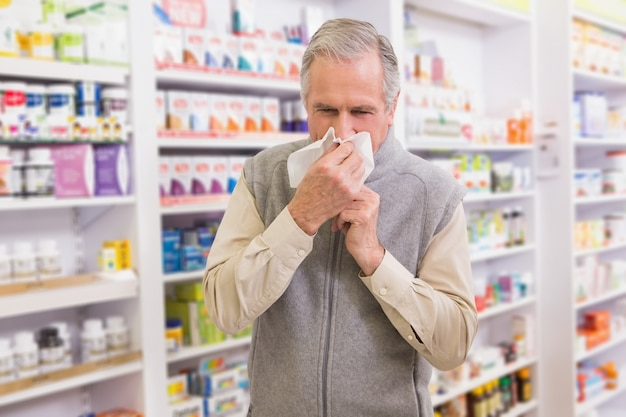 Chory klient kichający na tkance