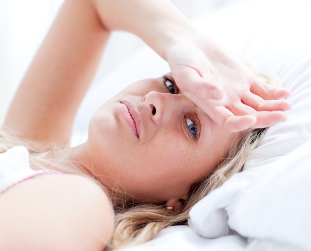 Chory kobiety lying on the beach na łóżku