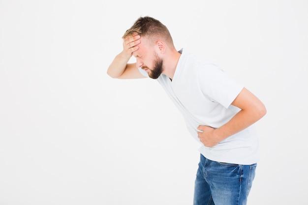 Chory młody człowiek ma migrenę