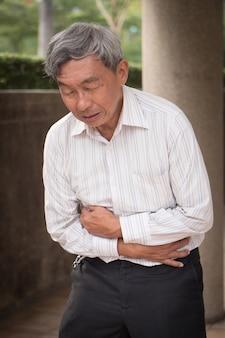 Chory senior z bólem brzucha