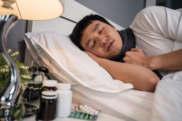 Chory śpi w łóżku