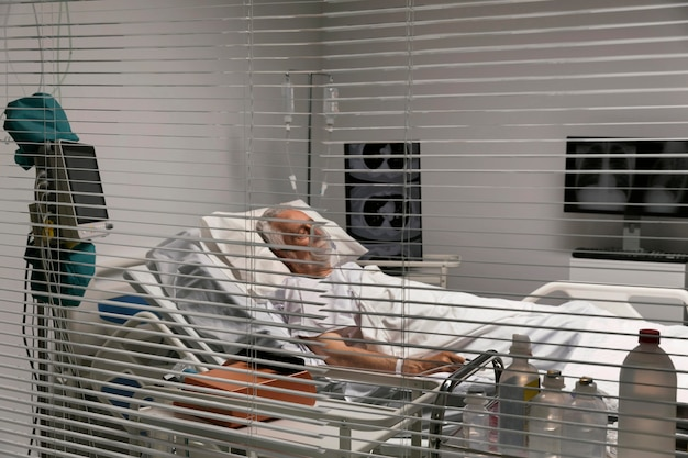 Chory starszy mężczyzna leżący w łóżku