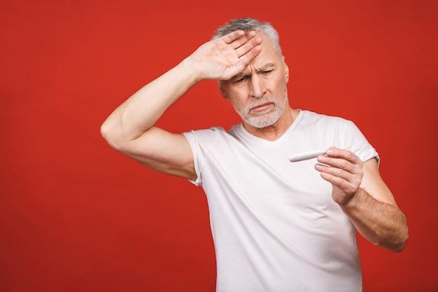 Chory starszy mężczyzna z termometrem o grypie, alergii, zarazkach, ko
