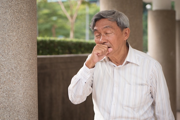 Chory starszy staruszek kaszel