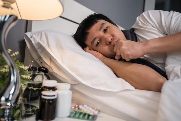 Chory zmęczony i kaszel w łóżku