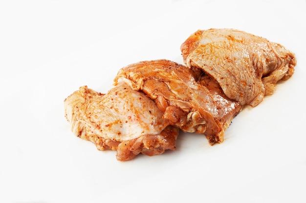 Chów z kurczaka bez kości na kamiennym stole.