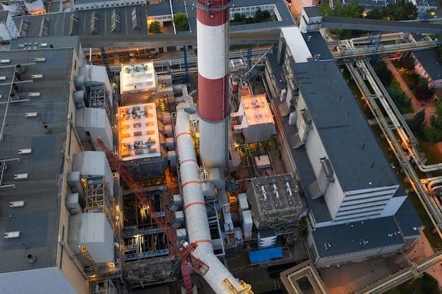 Chp, widok z góry, elektrownia węglowa, duża elektrownia wieczorem