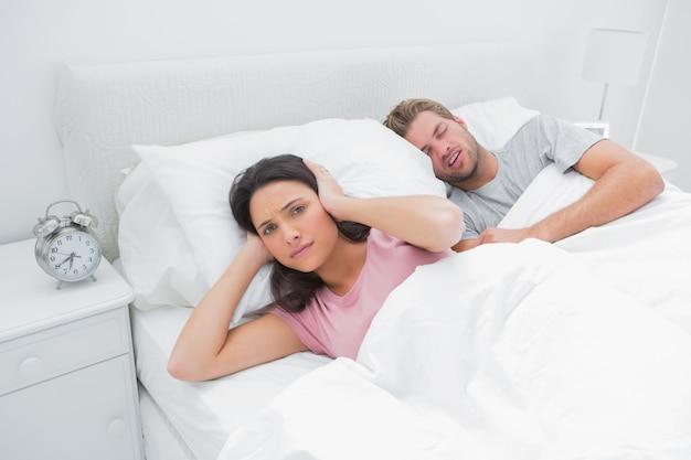 Chrapiący mężczyzna denerwuje żonę, która próbuje spać