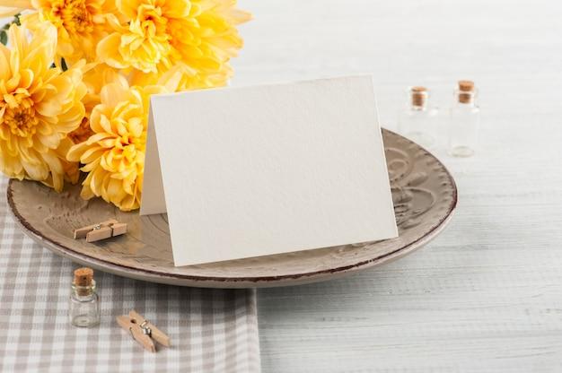 Chrisanthemum kwitnie na talerzu na drewnianym stole