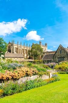Christ church with war memorial garden w oksfordzie, wielka brytania