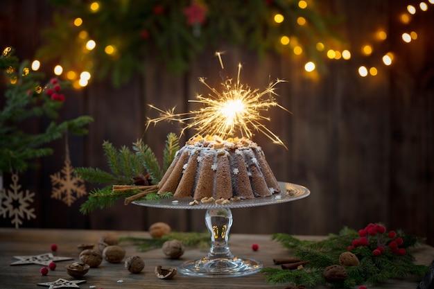 Christmas cake ahd jodła oddział na ciemnej powierzchni drewnianych