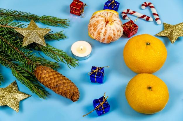 Christmas cookies prezenty świece i mandarynki na niebiesko.