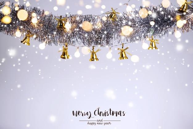 Christmas dekoracji dzwon i ozdoby na abstrakcyjnym tle bokeh na białym tle karta z pozdrowieniami świątecznymi tła na boże narodzenie i nowy rok wesołych świąt