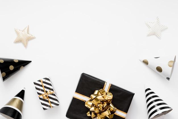 Christmas flatlay. prezenty, czarne i złote dekoracje na białym tle. leżał płasko, widok z góry, miejsce