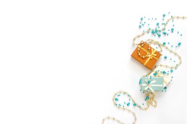Christmas flatlay. prezenty świąteczne, błyszczące, błyszczące koraliki ozdoby na białym tle.