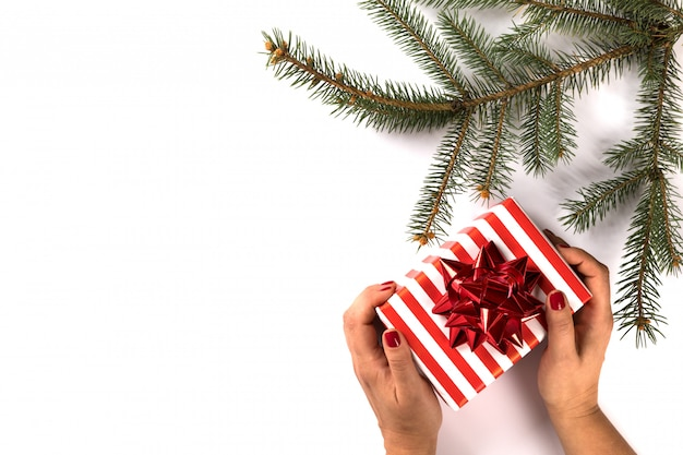 Christmas gift box w rękach kobiet.