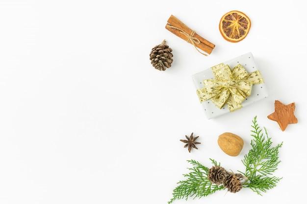 Christmas gift box złoty wstążka łuk sosna szyszki orzechy jałowca cynamon