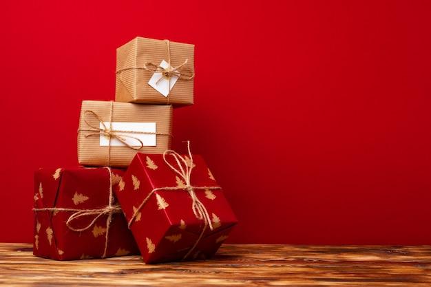 Christmas gift boxy na czerwonym tle widok z przodu
