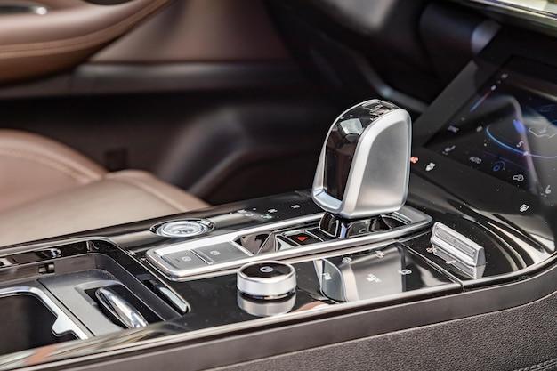 Chromowana dźwignia zmiany biegów automatycznej skrzyni biegów w widoku z boku nowoczesnego samochodu