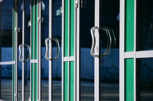 Chromowana klamka i szklana nowoczesna aluminiowa fasada biurowa