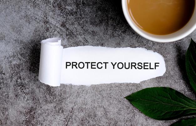 Chroń się filiżanką kawy i zielonym liściem