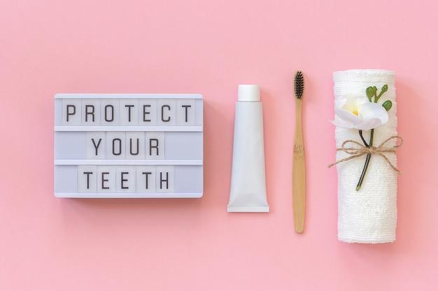 Chroń swój tekst na jasnym pudełku i naturalnym ekologicznym pędzelku do zębów, ręczniku, tubie na pastę do zębów.