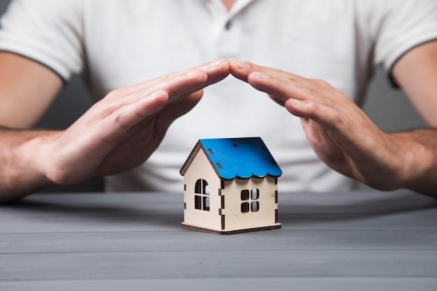 Chroni dom rękami