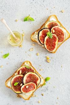 Chrupiąca bruschetta z miękką ricottą dojrzałe figi, orzechy włoskie i orzeszki pinii, mięta i miód