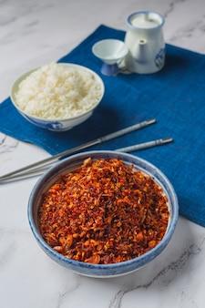 Chrupiąca pasta wieprzowa zmieszana z pięknymi dekoracyjnymi składnikami, tajskie jedzenie.