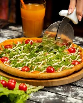 Chrupiąca pizza es aesar i szklanka soku pomarańczowego