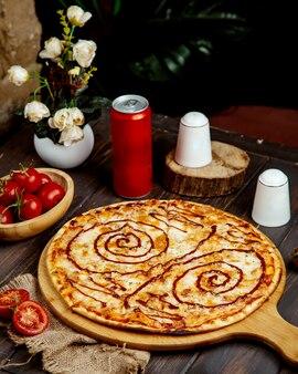 Chrupiąca pizza z serem i sosem barbecue