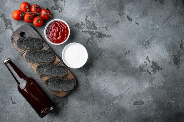 Chrupiąca przekąska z serem i szczypiorkiem ziemniaczanym z sosami do maczania