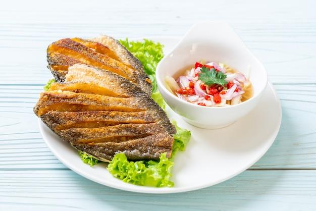Chrupiąca ryba gourami z pikantną sałatką