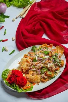Chrupiąca sałatka rybna tubtim, tajskie zioło żywności.