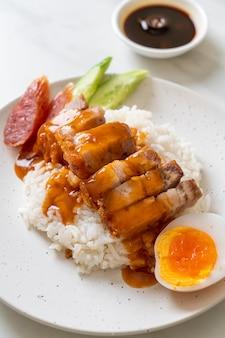 Chrupiąca wieprzowina na ryżu z czerwonym sosem barbecue