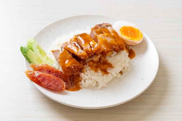 Chrupiąca wieprzowina z boczkiem na ryżu z czerwonym sosem barbecue