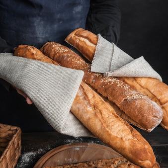 Chrupiące bochenki chleba zawinięte w płótno