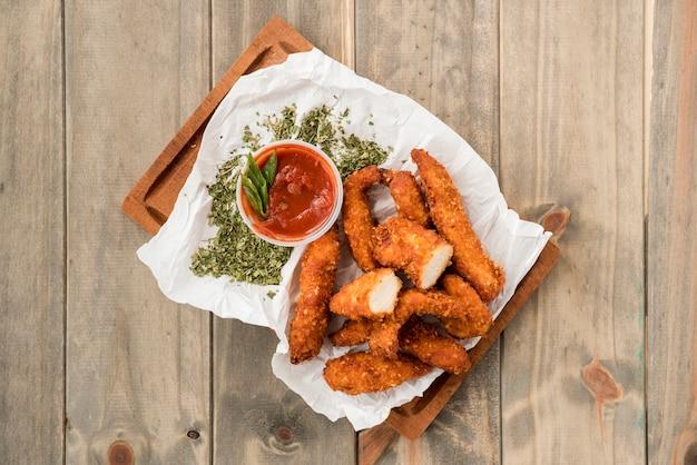 Chrupiące bryłki kurczaka z przyprawami i sosami