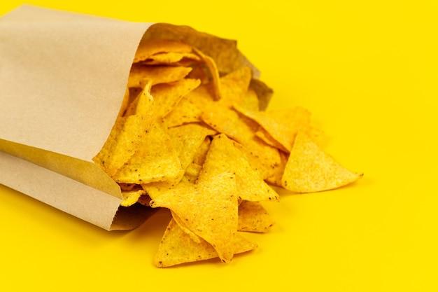 Chrupiące chipsy nachos w papierowej torbie dla wygody.