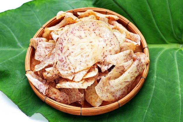 Chrupiące chipsy taro w bambusowym koszyku