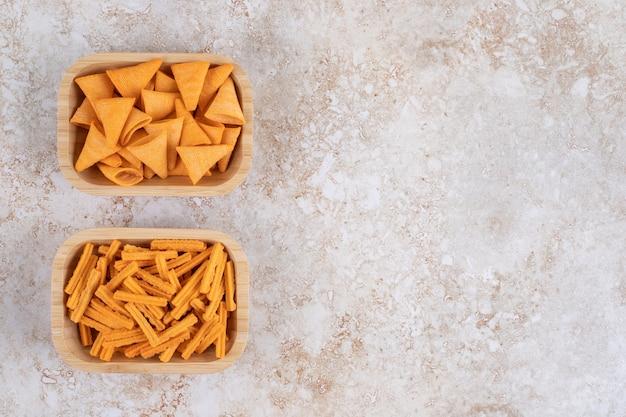 Chrupiące Chipsy W Rożku I Grzanki W Miseczkach Na Marmurowym Stole. Darmowe Zdjęcia