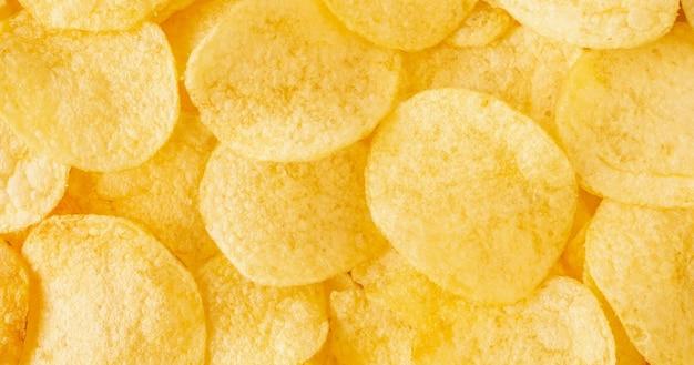 Chrupiące chipsy ziemniaczane przekąska tekstura tło widok z góry