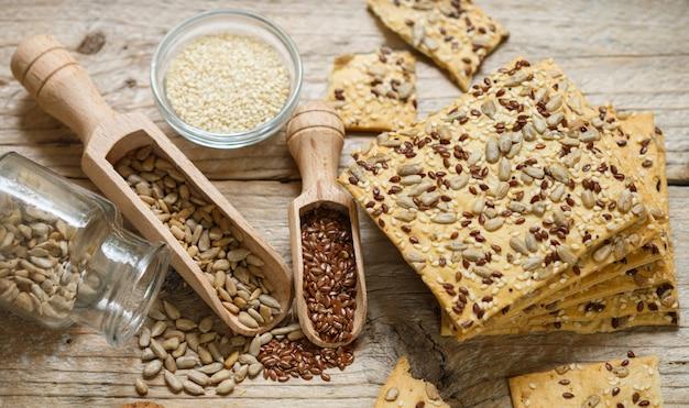 Chrupiące ciasteczka z mąki pełnoziarnistej z dodatkiem siemienia lnianego, słonecznika i sezamu