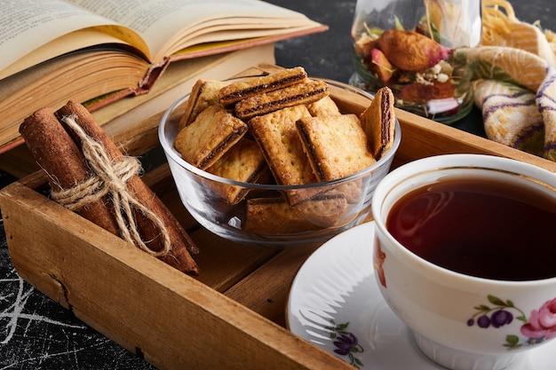 Chrupiące krakersy z nadzieniem czekoladowym z filiżanką herbaty.