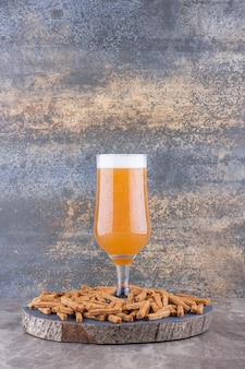 Chrupiące krakersy z piwem na kawałku drewna. zdjęcie wysokiej jakości